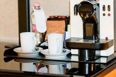Deux tasses et machines blanches de cofee Image libre de droits