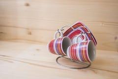 Deux tasses et soucoupes de café sur un support Photos stock