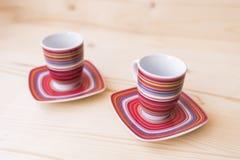 Deux tasses et soucoupes de café vides diagonalement Photographie stock