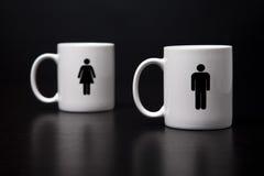 Deux tasses, homme restant devant la femme. Photos libres de droits