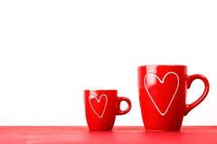 Deux tasses rouges de thé ou de café avec des coeurs Photo libre de droits