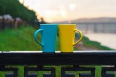 Deux tasses sur la balustrade dehors Image libre de droits