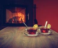 Deux tasses sur la droite près de la cheminée sur la table en bois de vintage Image libre de droits