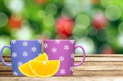 Deux tasses sur la table avec la tranche de citron au-dessus des vacances de Noël s'allume Images libres de droits