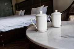 Deux tasses sur le bureau dans l'hôtel photographie stock libre de droits