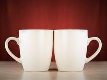 Deux tasses sur une surface en bois Photos libres de droits