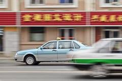 Deux taxis croisant sur la route, Dalian, Chine Photographie stock libre de droits