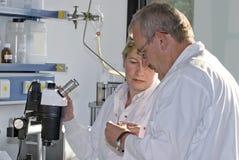 Deux techniciens de la science Photos stock