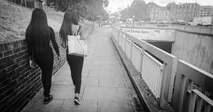 Deux teenages femelles sur un sentier piéton image stock