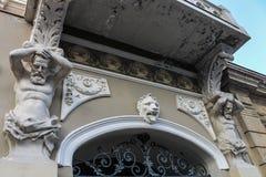 deux telamons sur le mur à Tbilisi Images stock