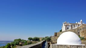 Deux temples dans Monsaraz. Image libre de droits