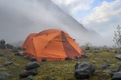 Deux tentes oranges le matin brumeux en montagnes photographie stock libre de droits