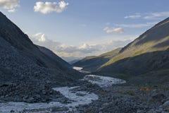 Deux tentes oranges sur la banque de la rivière de montagne photographie stock libre de droits