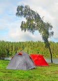 Deux tentes sur la banque du lac Photographie stock libre de droits