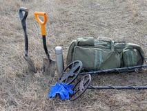 Deux thermos de sac à dos de pelle à détecteurs de métaux se tiennent sur l'herbe sèche photographie stock