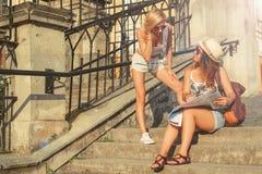 Deux touristes attirants de femme regardant la carte dans la ville Va Images stock