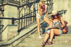 Deux touristes attirants de femme regardant la carte dans la ville Va Images libres de droits