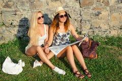 Deux touristes attirants de femme voyageant en vacances dans la ville Gi Photo stock