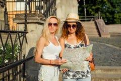 Deux touristes attirants de femme voyageant en vacances dans la ville Gi Photographie stock