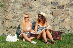 Deux touristes attirants de femme voyageant en vacances dans la ville Gi Images stock