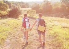 Deux touristes avec des sacs à dos sur le plateau Images stock