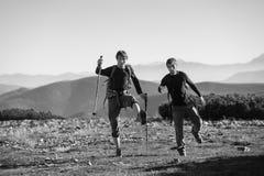 Deux touristes ayant l'amusement en haut de la montagne Photo stock
