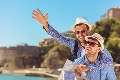 Deux touristes beaux marchant par la ville Photo libre de droits