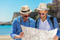 Deux touristes beaux marchant par la ville Photos libres de droits