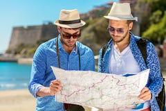 Deux touristes beaux marchant par la ville Images stock