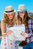 Deux touristes beaux marchant par la ville Photo stock