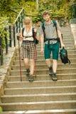 Deux touristes de personnes augmentant la marche sur des escaliers Images stock