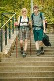 Deux touristes de personnes augmentant la marche sur des escaliers Photographie stock