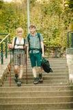 Deux touristes de personnes augmentant la marche sur des escaliers Photos libres de droits