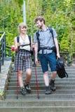 Deux touristes de personnes augmentant la marche sur des escaliers Image stock