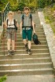 Deux touristes de personnes augmentant la marche sur des escaliers Images libres de droits