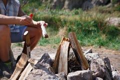 Deux touristes essayent de faire un feu pour faire cuire leur propre nourriture Les vacances d'été dans les amis de forêt sont al Photo libre de droits