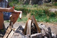 Deux touristes essayent de faire un feu pour faire cuire leur propre nourriture Les vacances d'été dans les amis de forêt sont al Image libre de droits