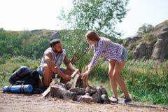 Deux touristes essayent de faire un feu pour faire cuire leur propre nourriture Les vacances d'été dans les amis de forêt sont al Images libres de droits