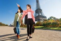 Deux touristes féminins heureux marchant autour de Paris Image stock