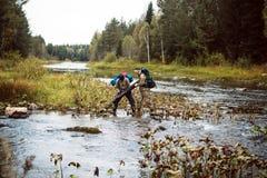 Deux touristes sur la rivière Images stock