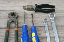 Deux tournevis, deux clés, deux pinces sur le bureau images libres de droits
