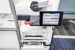 Deux tournevis rouges sur l'imprimante pour réparer l'aide Image libre de droits