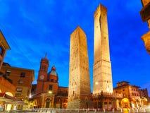 Deux tours célèbres de Bologna la nuit, Italie Photo stock