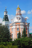 Deux tours Ciel bleu avec le fond de nuages Trinité Sergius Lavra Photographie stock libre de droits