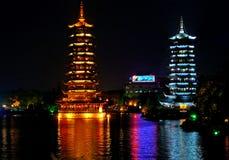 Deux tours dans la nuit dans un lac de Guilin Photographie stock