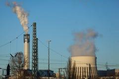 Deux tours de centrale avec de la fumée Image stock