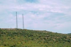 Deux tours de communication sur le dessus de la montagne Photo stock