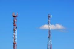 Deux tours de transmission cellulaire Photos libres de droits