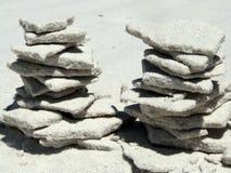 Deux tours faites de sable blanc sur la plage Images libres de droits