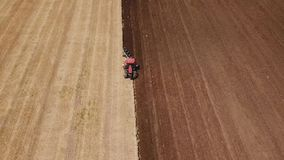 Deux tracteurs labourent la terre banque de vidéos